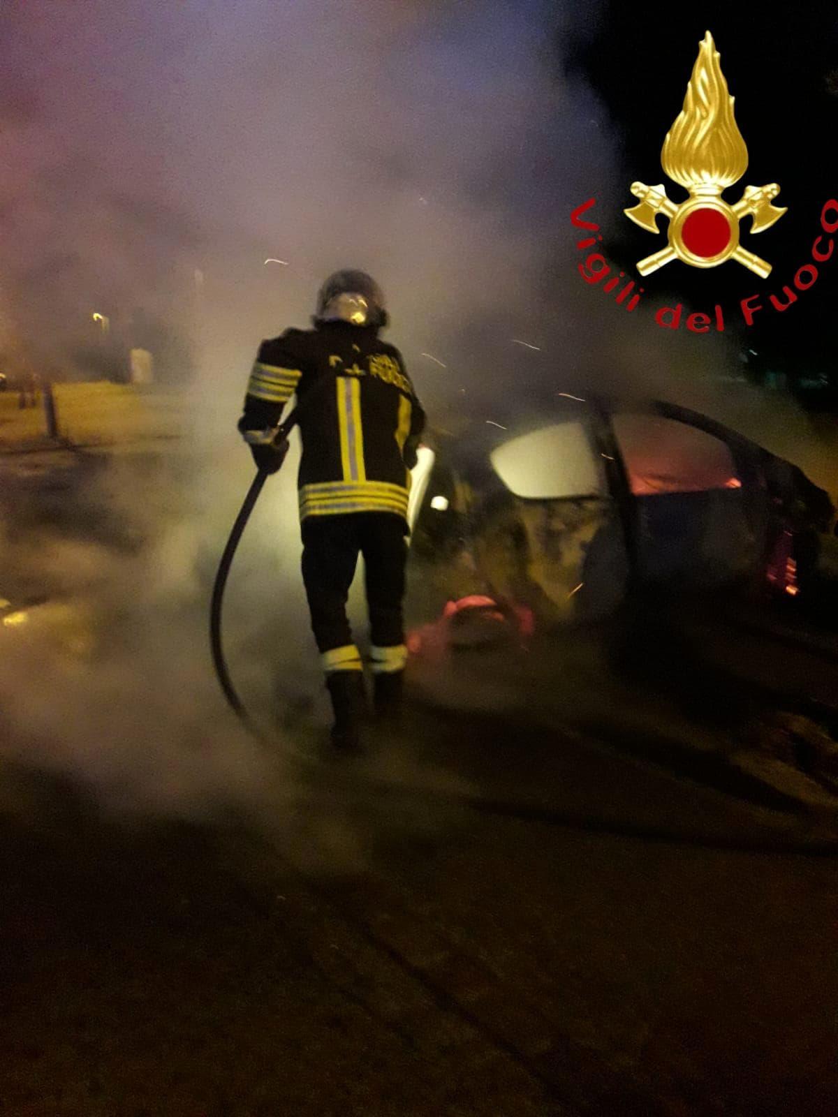 auto incendiata carugo (2)