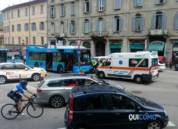 incidente bus auto in piazza San Rocco-2
