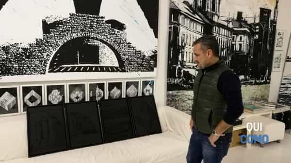 Fabrizio Musa davanti alle opere esposte a marzo all'Armory Show di New York (2019)-3-2