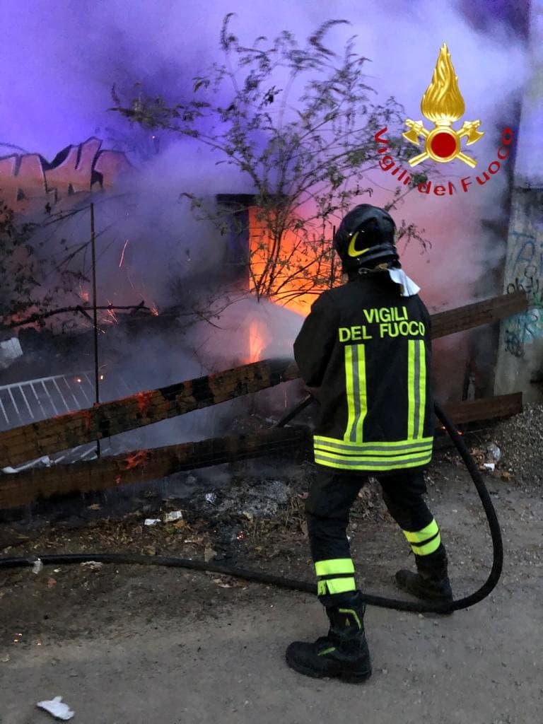 Pompiere in azione per domare un incendio in via Pastrengo-2