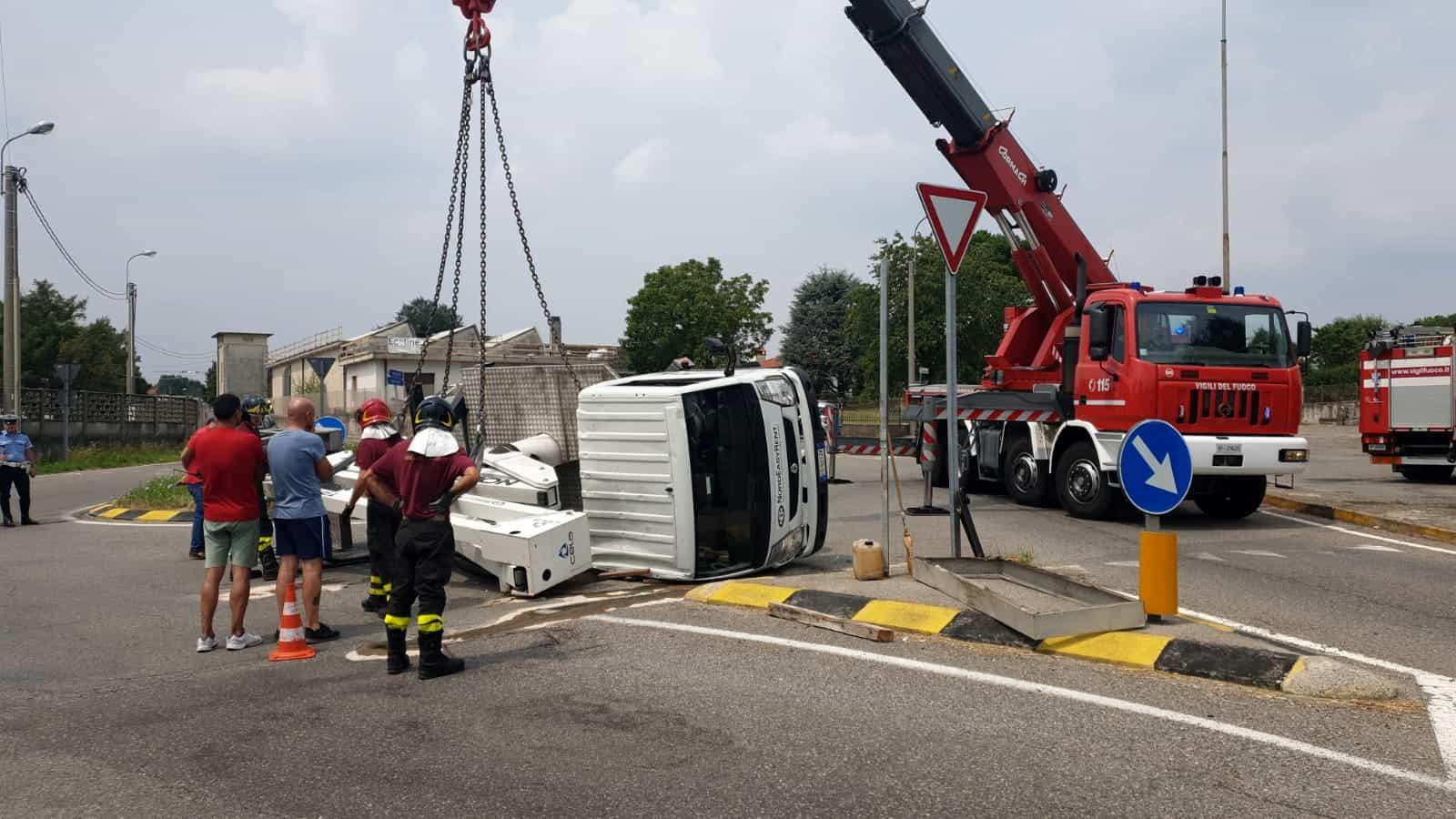 Camion ribaltato a Veniano-2