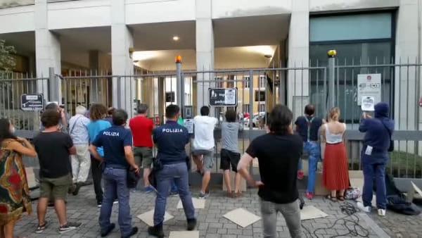 Protesta davanti al Comune, cori contro il sindaco