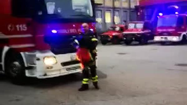 Il saluto dei vigili del fuoco al capo reparto Angelo Molteni