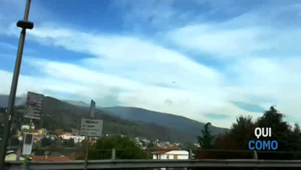Canadair in azione per spegnere l'incendio di Tavernerio: il video