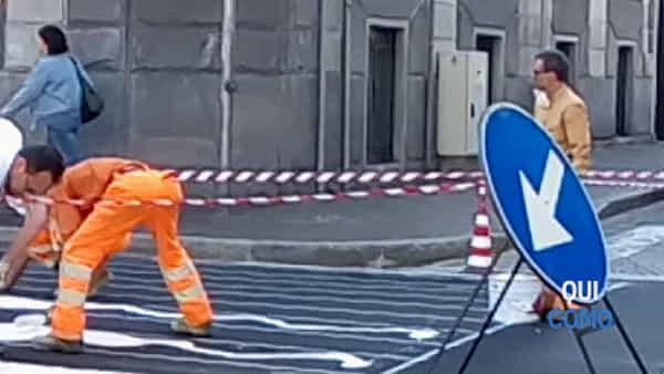 Nuovi asfalti a Como, dipingono le strisce pedonali in viale Battisti: traffico in tilt, il video