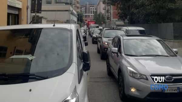 Traffico per tir incastrato in via Morazzone a Como (2)-3