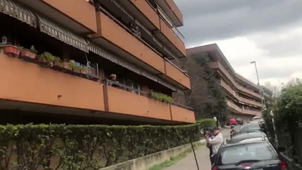 L'abbraccio (a distanza) di Sagnino: tutti sul balcone