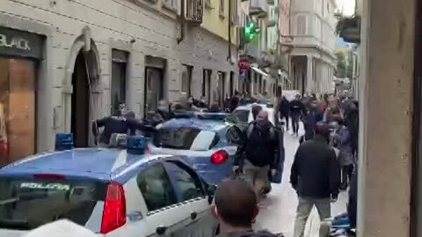 Non indossa la mascherina: il video dell'arresto in centro Como