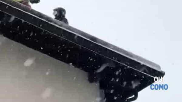 Incendio su un tetto a Pellio Intelvi: la neve rende spettacolare l'intervento dei pompieri