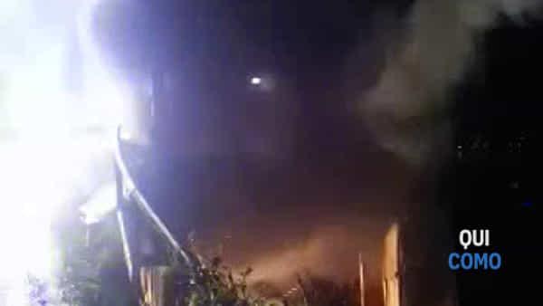 Lezzeno, furgone del girarrosto in fiamme: il video
