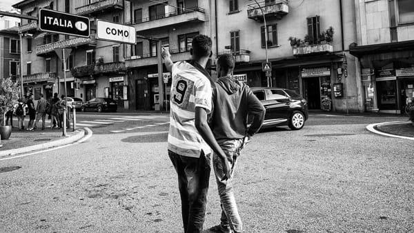"""""""Confine"""", alla Feltrinelli il libro di Mattia Vacca ed Emanuele Amighetti sull'emergenza migranti a Como"""