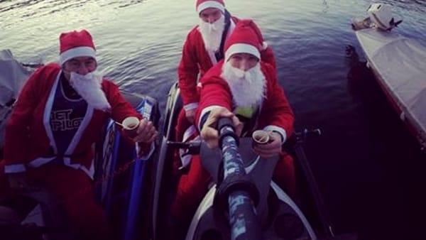 Non solo su ruote, i Babbi Natale arrivano anche sulle moto d'acqua: doni ai bambini al molo di Sant'Agostino