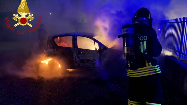 Carugo, fright in the night: car catches fire in the courtyard.  It investigates thumbnail