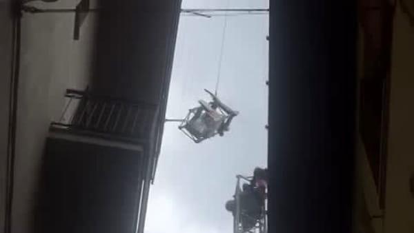 Un elicottero per rimuovere una gru: coda sulla Regina per il carico speciale