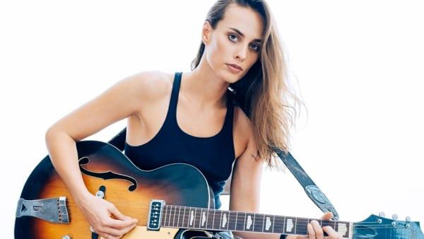 Sophie Auster, modella dalla voce sensuale, sfila sul palco di Lugano