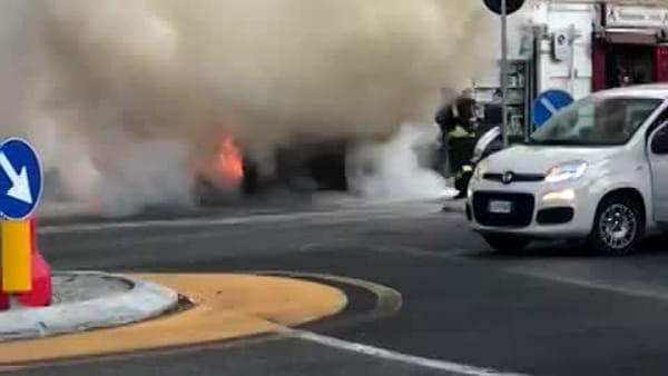 Auto incendiata in piazza San Rocco a Como: il video