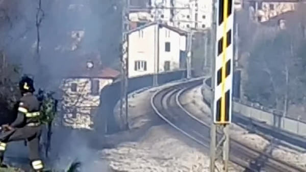 Incendio a Como: sterpaglie in fiamme in via Napoleona