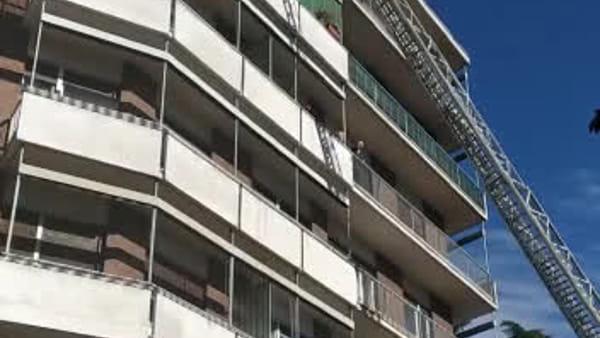 Como, pompieri in azione per soccorrere una persona dal balcone: video