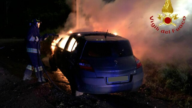 Como, car collides with a light pole and catches fire: 25 year old injured thumbnail