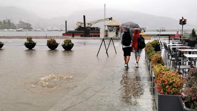 Como, il lago esonda: chiusura completa di Lungo Lario Trieste thumbnail