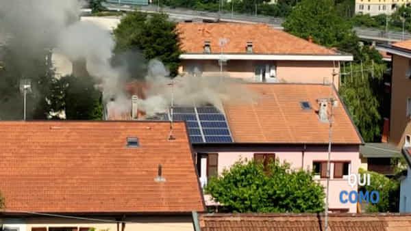 Muggiò: incendio sul tetto di una palazzina