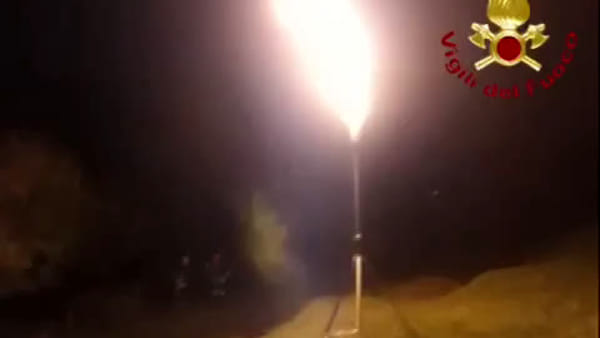 Una torcia di Gpl per svuotare l'autocisterna ribaltata a Corrido: video