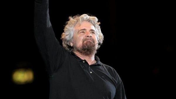 """Beppe Grillo """"Terrapiattista"""" atterra a Chiasso nel 2020"""