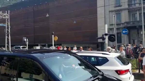 Passaggio a livello di viale Lecco bloccato per un quarto d'ora