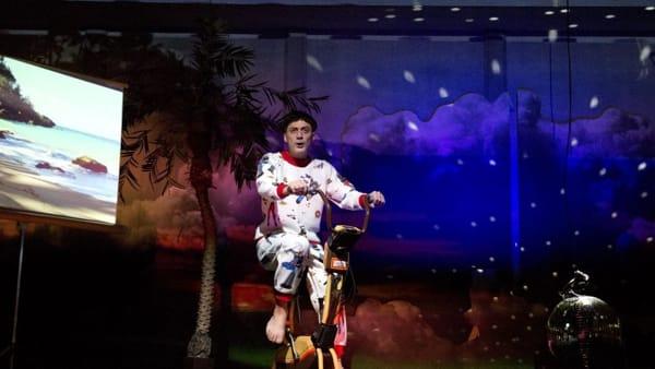 Filippo Timi è uno Skianto: il debutto al Teatro Sociale di Como