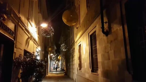 La palla di Natale ondeggia e sbatte (rumorosamente) contro il muro