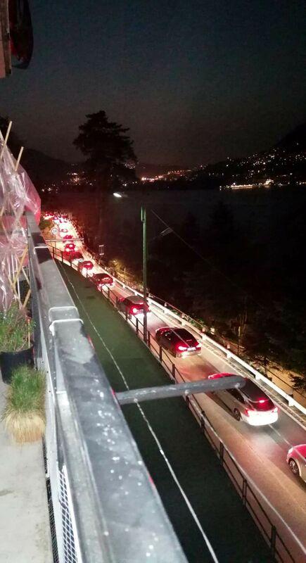 Como, un altro sabato di passione per il traffico: lunghe code anche per chi rientra in città