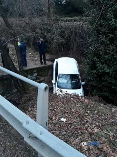 Auto nel fosso a Cassina Rizzardi