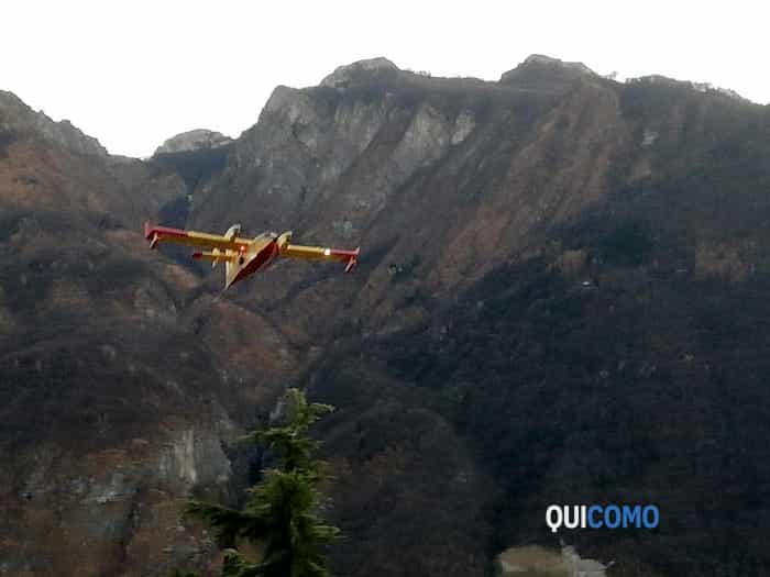 Canadair in azione sopra Valbrona