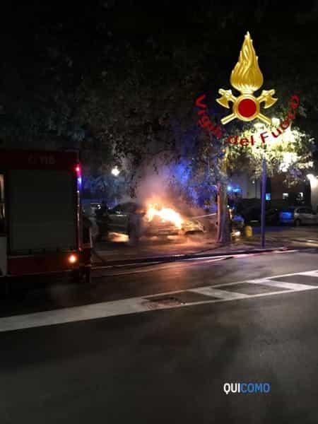 Auto in fiamme a Mariano Comense 6 ottobre 2019 3
